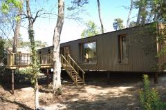 vivanbois-maison ossature bois- bardage alu laqué-menuiserie bois- pieux métalique- terrasse bois et garde corps en échalas chataignier - saint georges de didonne
