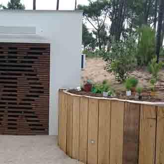 https://www.maison-en-bois-17.fr/amenagement-exterieur-terrasse-bois-pergola-cloture-bardage/